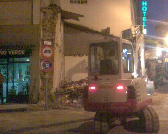 Derrubando o edificio de detras do concello