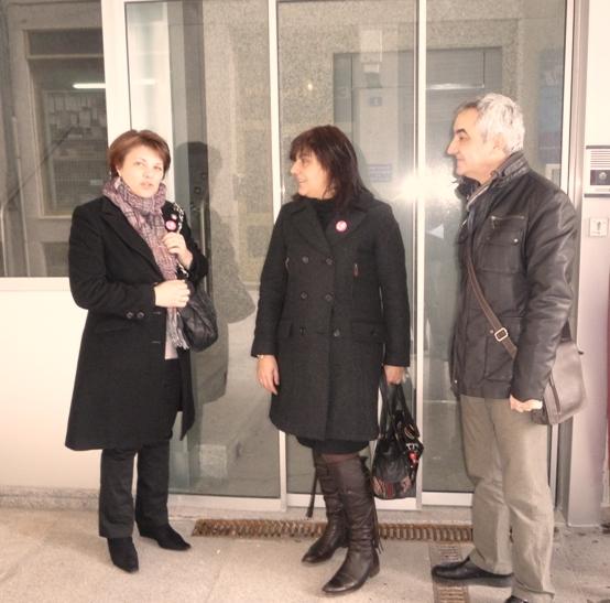 Dominga Brión, Ana Álvarez e Xosé Luís Groveiro diante do Centro de Día