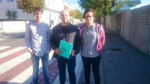 Os concelleiros Luís Pérez Barral, Xosé Antonio Vázquez Cobas e a viceresponsable local Elvira Blanco Pérez en Aguiño. BNG Ribeira