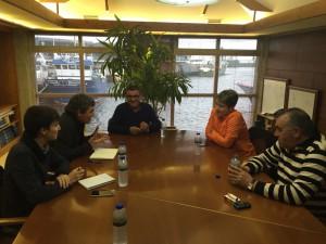 O concelleiro Luís Pérez Barral e o deputado do BNG Daniel Rodas na reunión coa cooperativa de armadores de Ribeira.