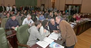 Concelleiros do BNG falando antes de que comece o pleno de Ribeira. Fonte: Carmela Queijeiro. La Voz de Galicia