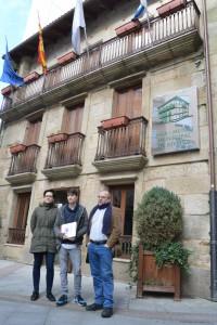 A vice-responsábel local Elvira Blanco e os edís Luís Pérez e Xosé Vázquez diante do Museo Municipal. Fonte: Chechu López