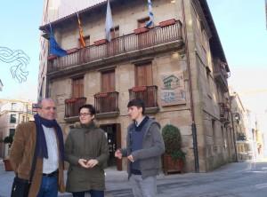 Os concelleiros Xosé Vázquez Cobas e Luís Pérez Barral e a vice-responsábel do BNG no Museo Municipal Ribeira.
