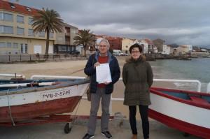 O edil Xosé Antón Parada e a vice-responsábel do BNG estiveron con veciños e veciñas de Corrubedo avaliando o mal estado da zona portuaria