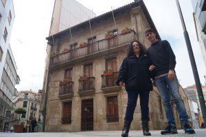 Luís Pérez Barral e Pilar Sampedro diante do Concello de Ribeira presentado a iniciativa. BNG Ribeira