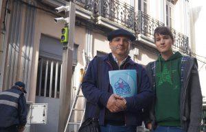 Os concelleiros Xosé Vázquez Cobas e Luís Pérez Barral diante do sistema de control de acceso á rúa peonil de Galicia. Ribeira
